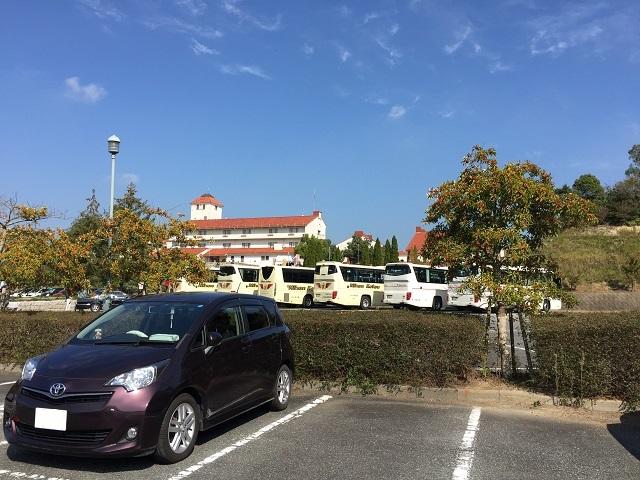 神戸ワイナリーに到着。 観光バスでがズラリ。